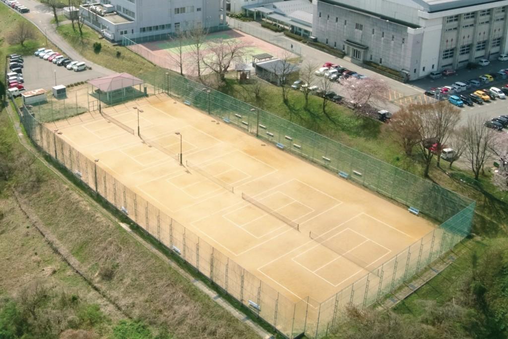 テニスコート横